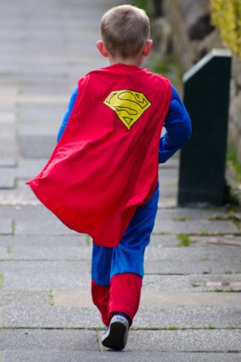 image d'enfant super héros, après avoir vaincu un pirate du web